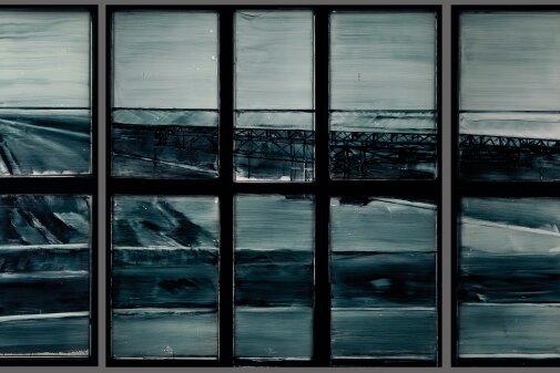 Gemalte Tagebaulandschaft in den Industriefenstern.