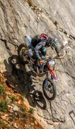 Nichts für schwache Nerven: Marcel Teucher muss mit seiner Maschine während des Enduro-Panorama 2018 in Rumänien eine Felswand hinab. Ab Mittwoch versucht der Wiesaer erneut, mit dieser 300er KTM nahezu unbezwingbar erscheinende Passagen zu bewältigen.