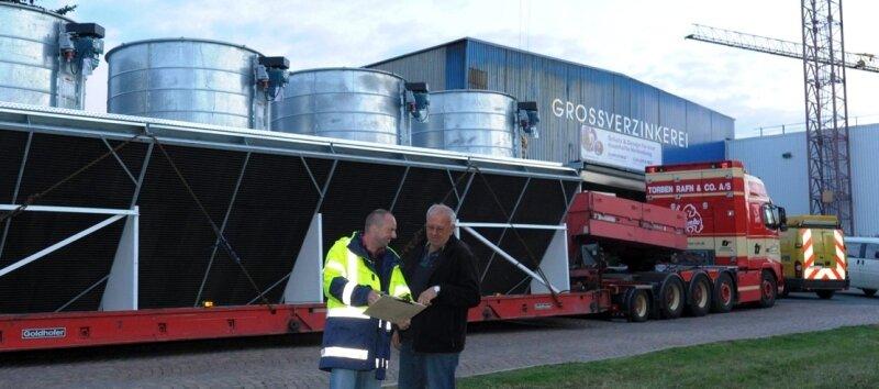 Der dänische Schwertransportfahrer Ove Hadberg geht mit Mirko Schareck von der GEA Nema Wärmetauscher GmbH Netzschkau die Papiere durch. Geladen hat er ein V-Modul mit Ventilatoren.