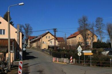Die Brücke in der Ortsmitte von Plohn muss dringend saniert werden. Zuständig für das Bauwerk ist der Vogtlandkreis.