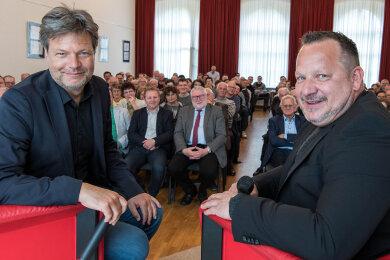 Grünen-Chef Robert Habeck (li.) und Moderator Gunnar Baumann zu Beginn der Veranstaltung in der Aula des Freien Gymnasium Penig.