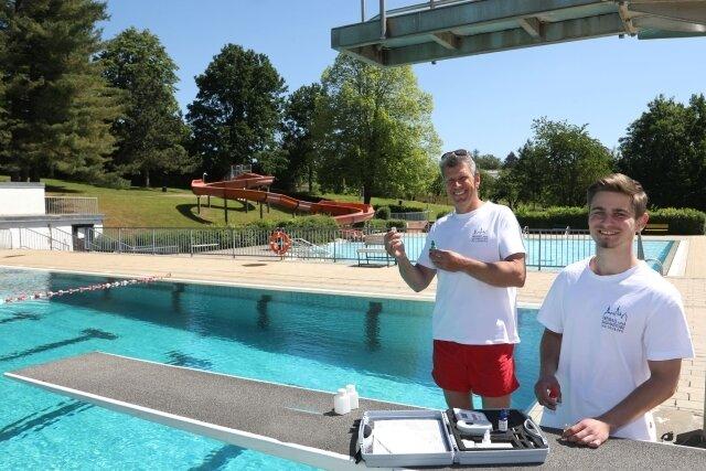 Der Bäderbetrieb-Fachangestellte René Kazmierczak und der Auszubildende Erik Dietel prüfen die Wasserqualität. Seit Sonntag ist ein Sprung ins Wasser möglich - das hat zurzeit 21 Grad Celsius.