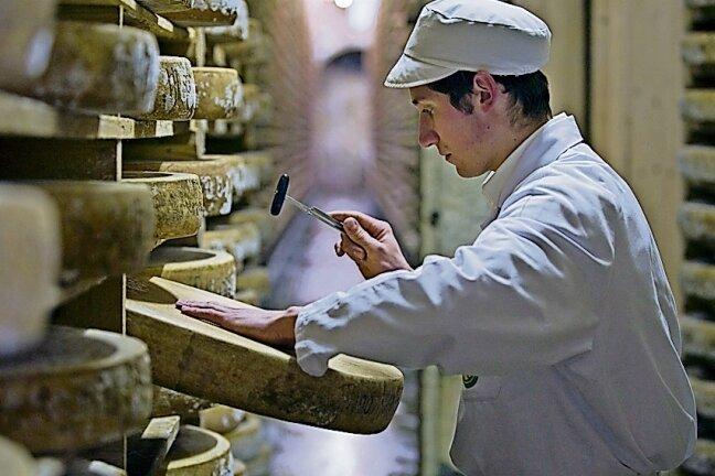 In der Käse-Kathedrale des Fort Saint Antoine: Tausende Comté-Laiber reifen hier für Genießer.