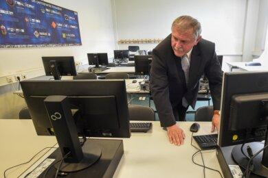 Schulleiter Steffen Morgner im Unterrichtsraum für Informatik. Das Zimmer ist eines von vier im Goethegymnasium, in denen eine Internetverbindung anliegt und Computer bereit stehen - zu wenig, um flächendeckend digitales Lernen anzubieten, sagt der IT-Koordinator der Schule.