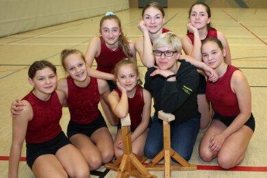 Nicole Georgi - im Bild umringt von Talenten - tritt bei den Schwarzenberger Sportakrobaten in die Fußstapfen ihrer Eltern.