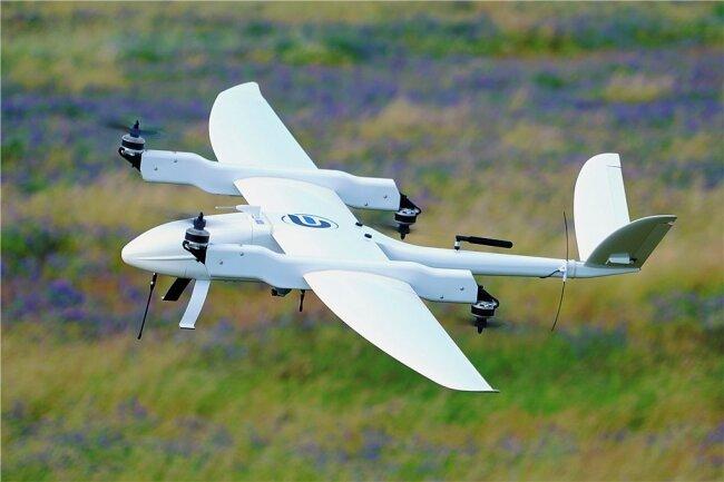 Abflug: Diese Drohne von Germandrones wird autonom ein Mitnetz-Trassenstück abfliegen und davon lückenlose Bilder liefern, durch die mithilfe künstlicher Intelligenz automatisch Schäden erkannt werden können.