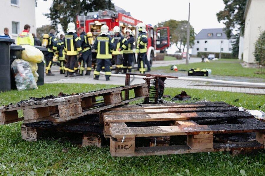 Verkohlte Reste eines aus Europaletten gebauten Bettes, einer Matratze und eines Stuhles lagerten vor dem Gebäude an der Netzschkauer Walter-Rathenau-Straße. Ein Brandursachenermittler nahm noch am Abend dort die Arbeit auf.