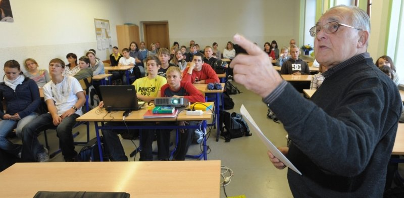 """<p class=""""artikelinhalt"""">Horst Kühnert berichtete am Dienstag in der Diesterweg-Mittelschule über seine Erlebnisse in der Nazizeit.</p>"""