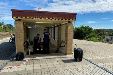 Herrenloser Koffer nach Untersuchung, links Spezialkräfte der Entschärfungsgruppe Leipzig der Bundespolizei auf dem Bahnhof Neumark