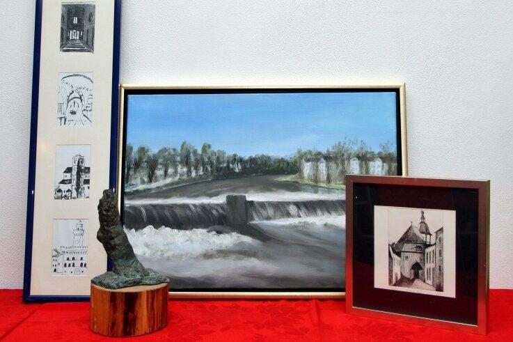 Der Hobbykünstler probiert mit seinen Arbeiten verschiedene künstlerische Richtungen aus.