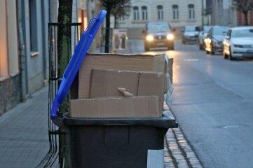 Derzeit kein seltenes Bild im Landkreis: In den blauen Tonnen ist wegen des an den Feiertagen angefallenen Mülls kein Platz mehr.