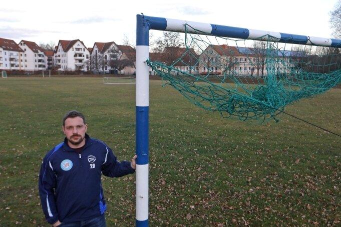 Platzwart Simon Kleindienst vom SSV St. Egidien klagt nicht nur über den schlechten Rasen. Die ganze Sportstätte soll erneuert werden.