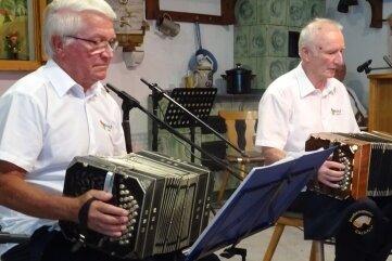 Bernd Dietrich (l.) und Christoph Grunert vom Bandonionverein Carlsfeld in Zwota.