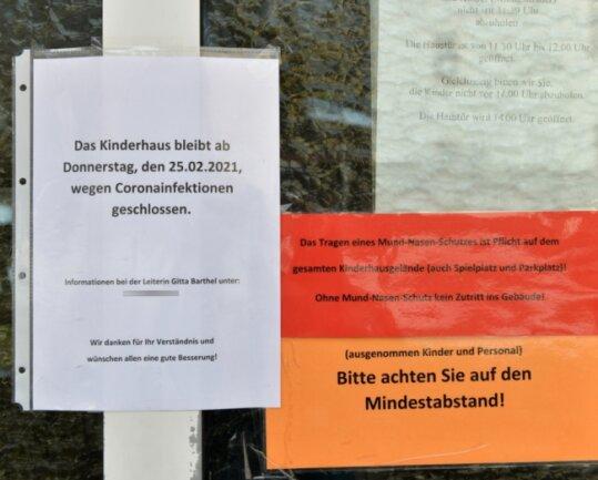 """Ein Schild am Eingang weist darauf hin: Die Kindertagesstätte """"Vier Jahreszeiten"""" in Neuhausen ist seit dem 25. Februar wegen mehrerer Coronainfektionen geschlossen."""