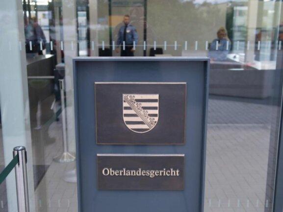 Justizbeamte im Eingangsbereich des Oberlandesgerichts in Dresden.
