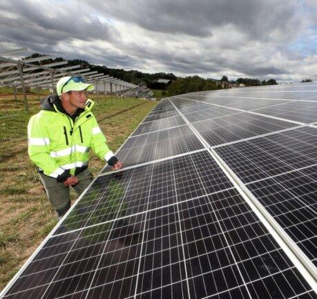 Der Solarpark Dennheritz (im Bild Projektleiter Martin Stankovic) an der A 4 soll im Januar in Betrieb gehen. Bald ist auch Baustart für den Solarpark Seiferitz auf der gegenüberliegenden Seite der Autobahn.