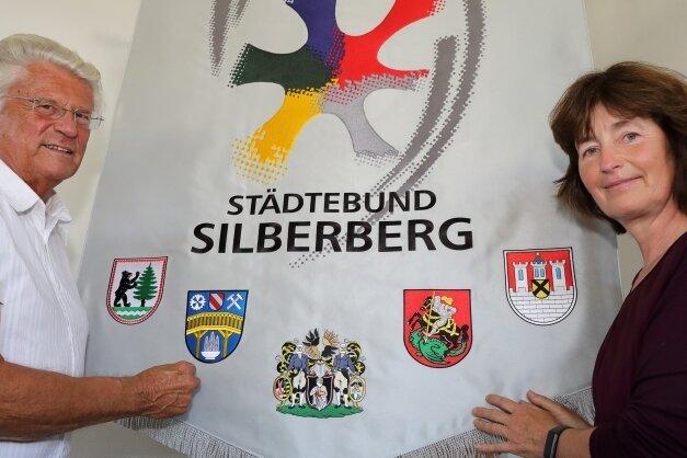 Die Wanderfahne des Städtebunds Silberberg entstand in der Stickerei Diersch & Schmidt in Eibenstock. Geschäftsführerin Grudrun Wittmann übergab sie an Karl-Heinz Richter vom Erzgebirgszweigverein Lauter.
