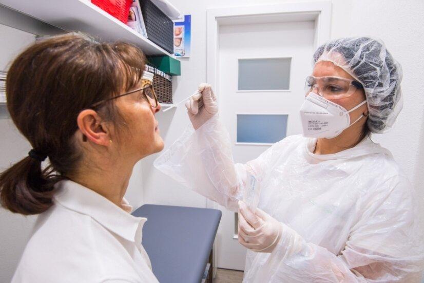 Pharmazieingenieurin Christiane Zönnchen (links) und die Pharmazeutisch-technische Assistentin Agneta Redwitz demonstrieren in der Edelweiss-Apotheke in Schwarzenberg den Corona-Schnelltest.