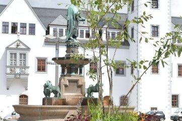 Neue bepflanzte Blumenkübel wurden auf dem Freiberger Obermarkt aufgestellt.