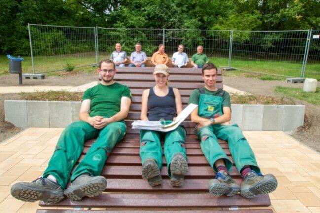 Nun dürfen sie ihre Füße hochlegen: Phillip Piehl, Michelle Petri und Mark Dunemann (von links), Lehrlinge im3. Lehrjahr der ISP, haben ihr Projekt beendet. In der Grünanlage an der August-Bebel-Straße haben die angehenden Garten- und Landschaftsbauer eine neue Sitzecke geschaffen.
