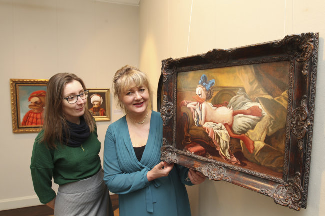 """So sieht das berühmte Gemälde vom """"ruhenden Mädchen"""" namens Louise O'Murphy, das Francois Boucher malte, bei der """"Duckomenta"""" aus - wie Museumsmitarbeiterin Stefanie Gebler (links) und Geschäftsführerin Anke Doepner zeigen."""
