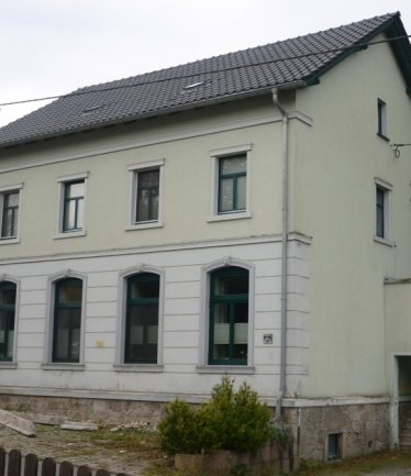 Ehemalige Schule und Kindergarten in Oberlauterbach. Von hier aus soll Felix Regetzki das Bild gemalt ...