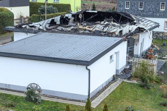 Dieses Bild bot sich nach dem Brand eines Eigenheims in Neuschönberg bei Waldheim. Das im Bungalowstil errichtete Haus war nicht mehr zu retten, nur die benachbarte Garage ist noch nutzbar.