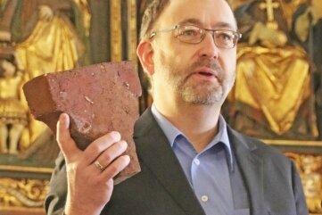 Michael Ssuschke brachte einen Stein aus dem Gewölbe der Jakobikirche mit nach Oberbobritzsch.