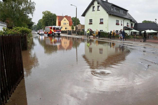 Land unter: Auf der August Bebel-Straße entstand kurz vor 16 Uhr infolge eines heftigen Regenschauers ein See.