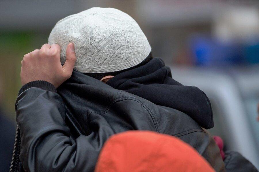 Ein Aktivist bei einer Koran-Verteilaktion in einer deutschen Innenstadt. Vor allem enttäuschte junge Männer, die ihren Platz in der Gesellschaft suchen, sind empfänglich für radikale Ideologien.