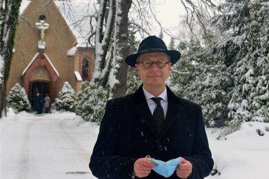 Frank Oberüber auf dem Friedhof in Hainichen vor der Kapelle. Neben seinem Bestattungsunternehmen sind hierregelmäßig noch zwei weitere Bestatter tätig.