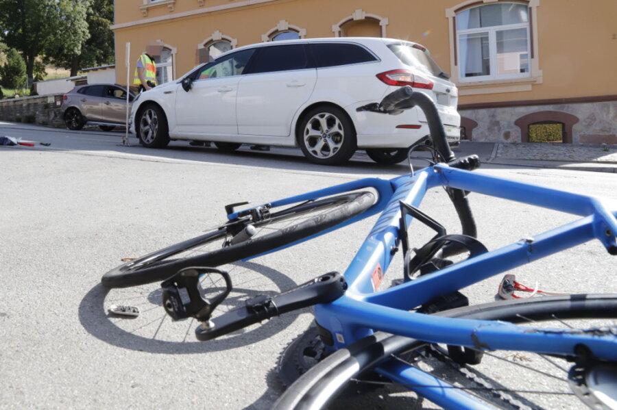 Ford knallt frontal gegen Fahrrad: Radfahrer verletzt