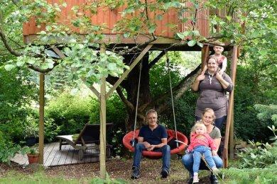 Barbara und Holger Pfeiffer mit Tochter Stephanie (stehend) und den Enkelkindern Mia und Alex.