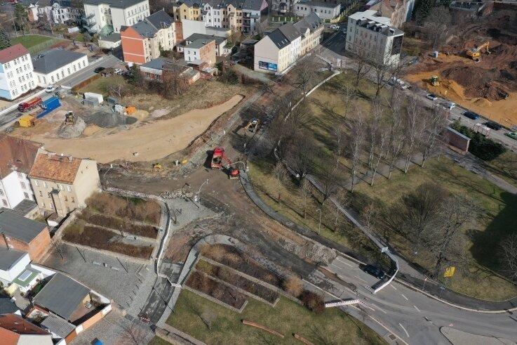 Der Belag der alten B 175 im Bereich des Werdauer Gedächtnisplatzes wurde bereits abgefräst und mit dem Rückbau begonnen.