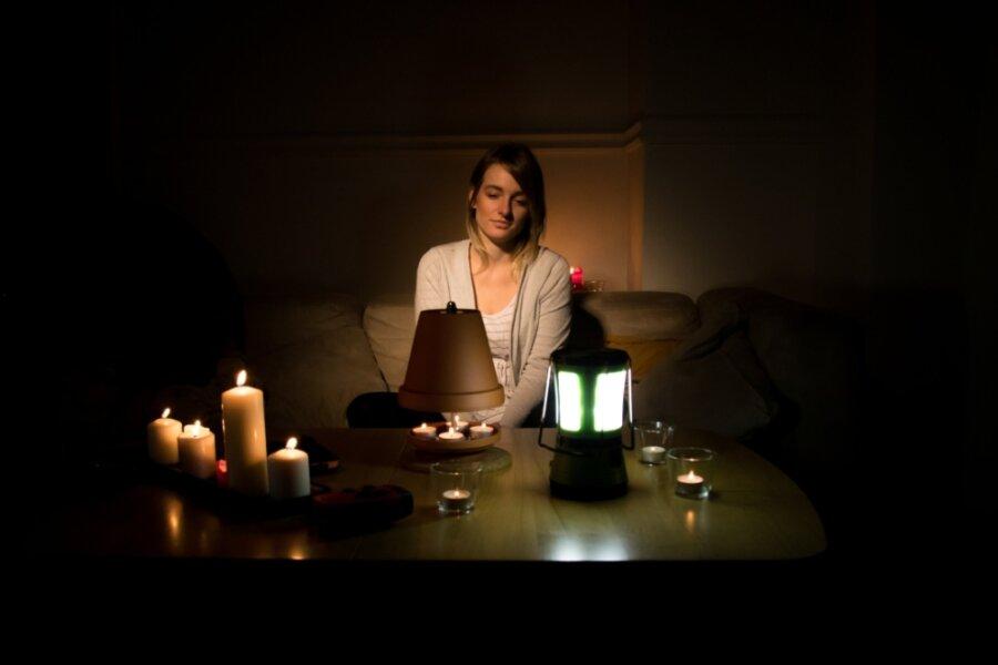 Ein großer Stromausfall hat von Donnerstagmittag bis in die Nacht zum Freitag Teile Klingenthals lahm gelegt.Betroffen waren von der Störung mehr als 900 Kunden, hieß es vom Versorger Mitnetz Strom. Einigen Klingenthalern dürfte es damit so gegangen sein, wie der Frau auf diesem Bild.