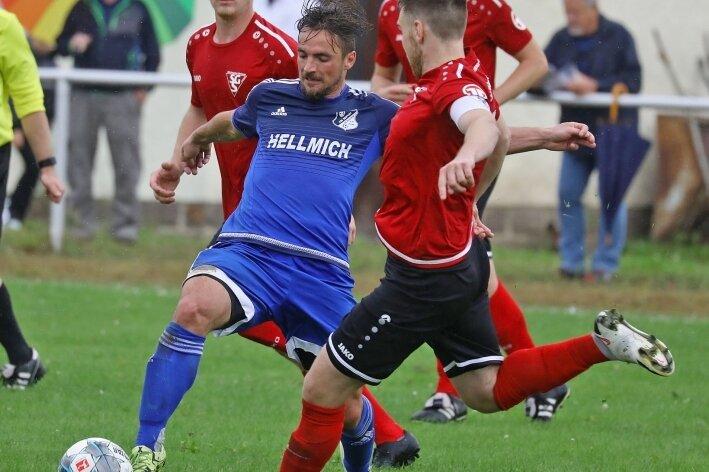 Tomas Cekovsky (blaues Trikot) erzielte am Samstag sein erstes Landesliga-Tor für Glauchau.