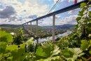 Sie verbindet den Hunsrück mit der Eifel - und damit die Benelux-Staaten mit dem Rhein-Main-Gebiet: die 1,7 Kilometer lange und bis zu 160 Meter hohe Hochmoselbrücke. Das monumentale Bauwerk, das man im Moseltal aus vielen Kilometern Entfernung sieht, wird bundesweit die Nummer zwei unter den Straßenbrücken sein: Nur noch die Kochertalbrücke - maximale Höhe 185 Meter - in Baden-Württemberg überragt sie.