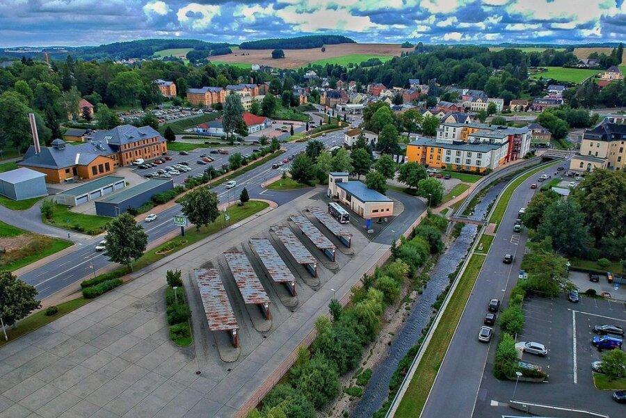 Der Busbahnhof Rodewisch gilt neben Plauen als das Drehkreuz für Personennahverkehr im Vogtland. Den Passagieren präsentiert er sich wie im Jahr 1985, als die Umsteigestelle errichtet wurde. Jetzt wird der Umbau für 2022 in Aussicht gestellt: aus den sechs Bussteigen sollen acht werden, alle zeitgemäß überdacht.