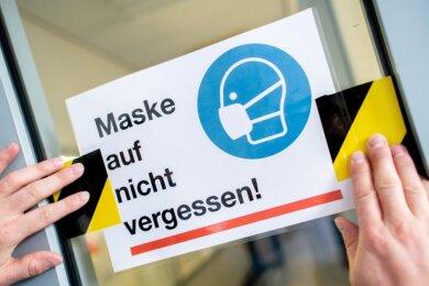 Auch vor Schulen gilt nun: Mund-Nase-Schutz nicht vergessen.