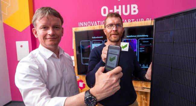 Gunter Erfurt (links), Chef der Schweizer Firma Meyer Burger, und Frank Theeg, Chef des Chemnitzer Start-up authentic.network, zeigen die App, die den Kundendienst für Solaranlagen vereinfacht.