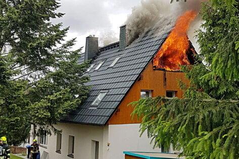 Chemnitzer Feuerwehr rückt wegen Dachstuhlbrand aus