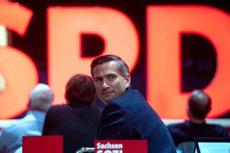 Martin Dulig, Landesvorsitzender der SPD Sachsen, verfolgt den Landesparteitag der SPD in Leipzig.