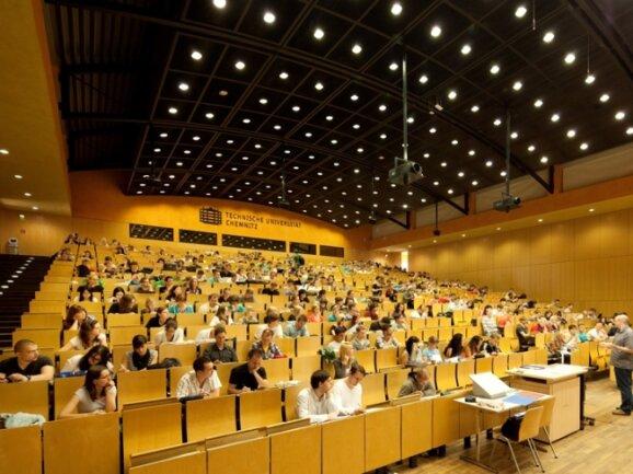 Vorlesungen wie hier im Audimax der TU Chemnitz sind Studentenalltag. Aber auch viele Fragen gehören dazu. Die Uni erleichtert die Suche nach richtigen Antworten.