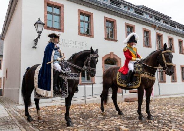 Diese Darsteller des lebendigen Fürstenzuges standen passend zur Einweihung vor der Bibliothek bereit.