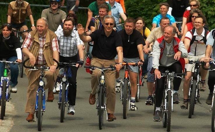 """<p class=""""artikelinhalt"""">Staatsminister Stanislaw Tillich (Mitte), Oberbürgermeister Dieter Kießling (vorn links) und Landrat Tassilo Lenk (vorn rechts) auf dem Rad.</p>"""