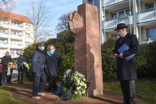 Renate Aris, Ruth Röcher und Miko Runkel (v.l) bei der Gedenkveranstaltung am Chemnitzer Stephanplatz.