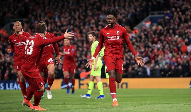 Divock Origi (r) von FC Liverpool jubelt über sein zweites Tor zum 4:0 für Liverpool mit seinen Teamkollegen.