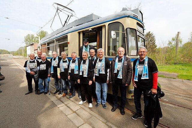 Die FCK-Meisterhelden von 1967 posieren vor einer historischen Straßenbahn der Chemnitzer Verkehrs AG.