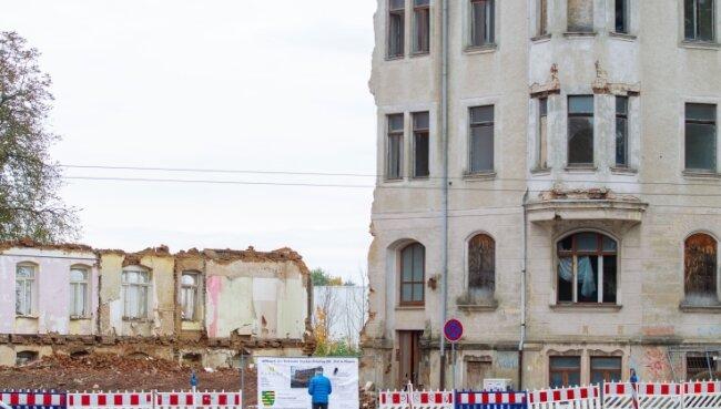 Dieser merkwürdige Blick zeigt sich von der Pausaer Straße her auf den halbfertigen Abriss der Häuser Gustav-Freytag-Straße 2 und 4. Fortsetzung folgt. Am Montag gehts weiter, dann mit Verkehrsbehinderungen.