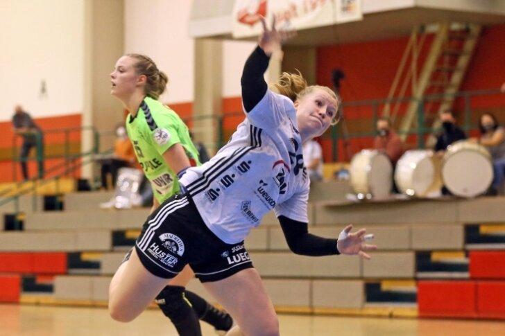 Alisa Pester stand in der Vorwoche als einzige etatmäßige Kreisläuferin bei Zwickau auf dem Parkett und machte sich mit fünf Toren ein vorzeitiges Geschenk zu ihrem 22. Geburtstag am Montag.
